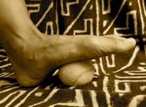 tennisbalmassage voet .Masseer je voet met een tennisbal, voetmassage, drukpunt massage, Voetrefelexologie, Acupunctuurpunt Nier1, Bindweefselmassage, gezondheid-workshops, JeanineTheunissen