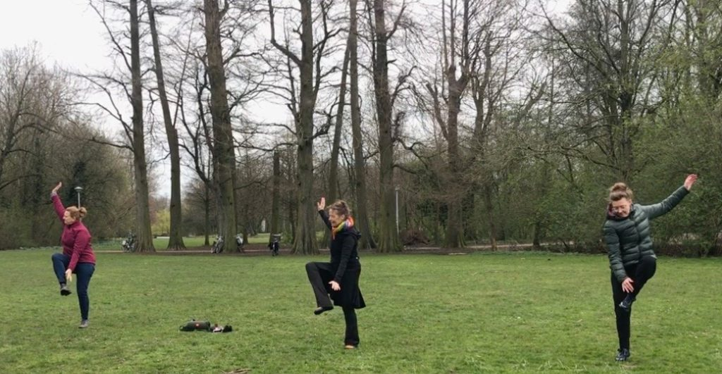 Ver van elkaar en toch samen dansen Vondelpark.Wereldconditie