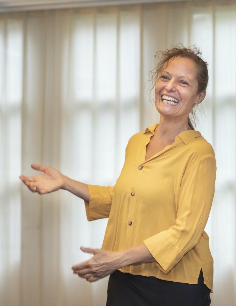 Online workshop, online energizer, stress, vermoeidheid, coronastress, fit en vitaal, thuiswerken, Jeanine Theunissen, Gezonde workshop, persoonlijke ontwikkeling, Ontwikkelbudget, duurzame inzetbaarheid, training, ontspannen, rugpijn, nekpijn, schouderpijn, vrolijk